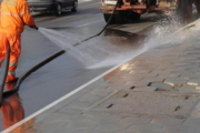 Продължава пролетното почистване и миене на улици в Панагюрище